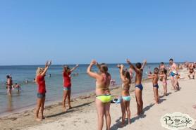 Отдых в Крыму с детьми. Заозерное. Гостиный двор Вояж. Зарядка на пляже.